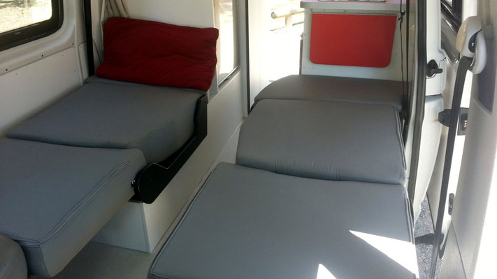 ... here you have 2 single beds in conjunction with swiveled around frongt seats + V1000