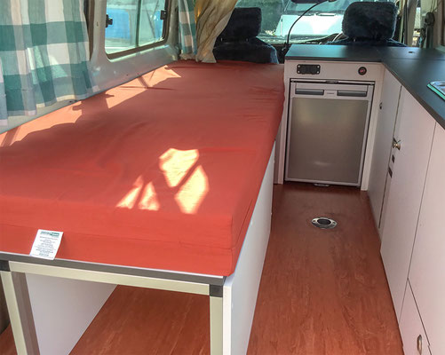 Landcruiser campe rinside - single bed