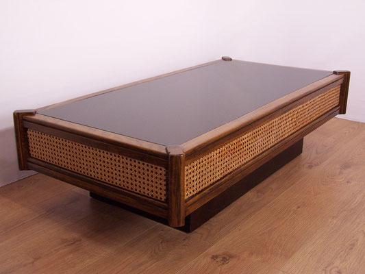 Table basse en bois,cannnage rotin et plateau en verre noir