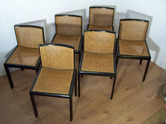 chaises cannées noires