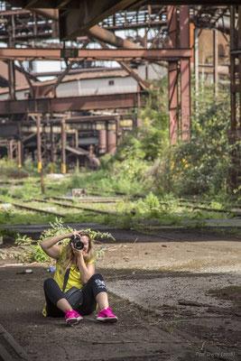 Duel photographique. Stéphanie, photographe en devenir, tente, en catimini, de me photographier.