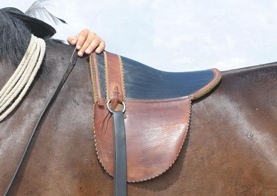 """Sattel ohne Gurt """"ungarisch Pritsch"""". Er wiegt nur 2kg und liegt lose auf dem Pferd, er hat keinen Bauchgurt  (c) Christa Brunner"""
