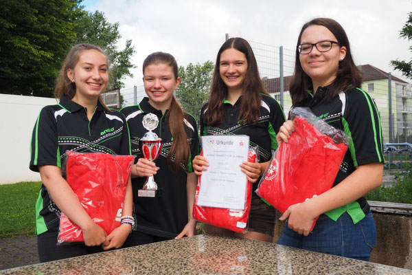 Stolze Gewinner: Liz-Marie Grießhaber (8a), Michelle Rosenecker (9b), Nadine Krasser (10b) und Annika Mietzner (9a)
