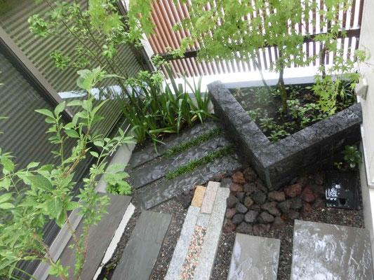 石材中心の坪庭