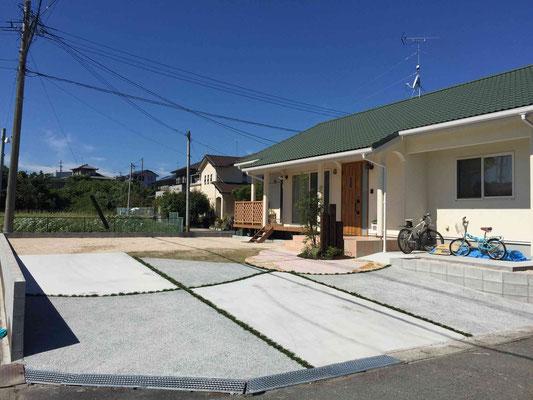 コンクリート洗い出し仕上げと刷毛引き仕上げの駐車スペース