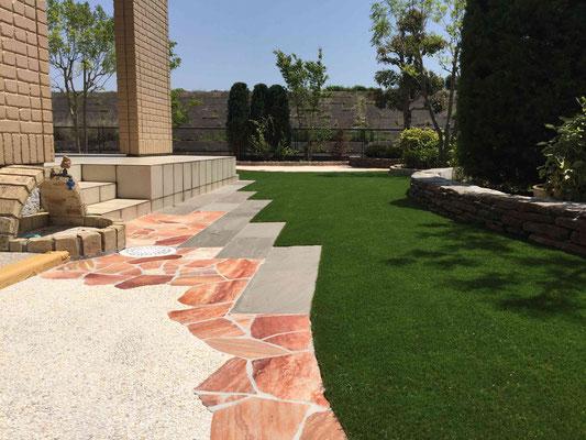 石張りを熱い手人工芝の庭へ