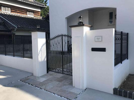 白壁と鋳物門扉と鋳物フェンスの重厚感ある門周り