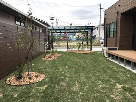 天然芝のガーデンと木調樹脂フェンスで目隠し