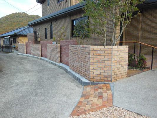 古くなり危険なブロック塀を2色のレンガ塀でイメージを一新