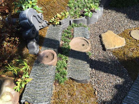石臼も再利用 石臼と瓦の景石