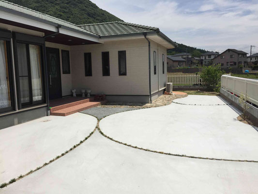 固いコンクリートも曲線デザインでやわらかく