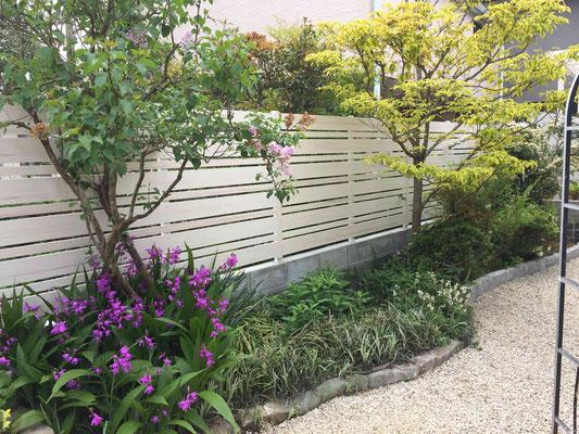 木調のホワイトのフェンスとお花