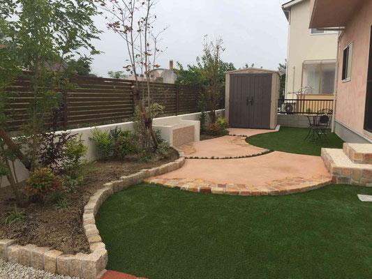 鮮やかな人工芝とカラーの園路