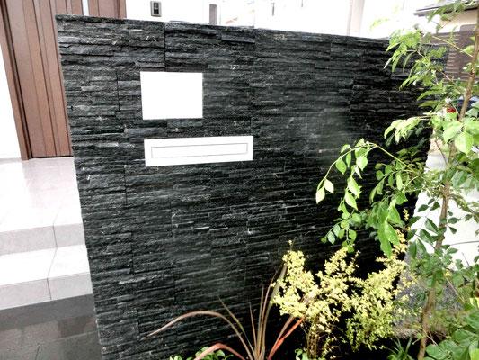 黒の石張がかっこいい門塀