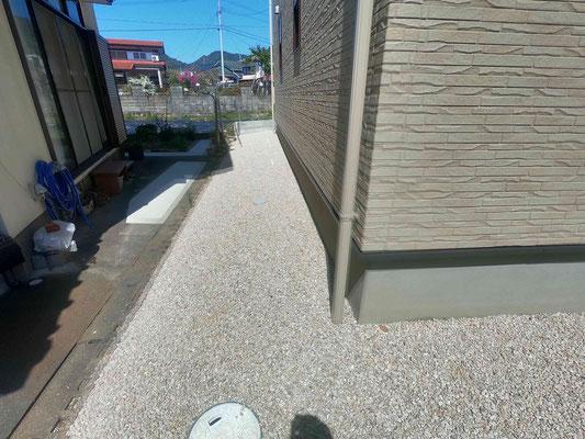 デッドスペースは防草シートと化粧砂利で雑草対策