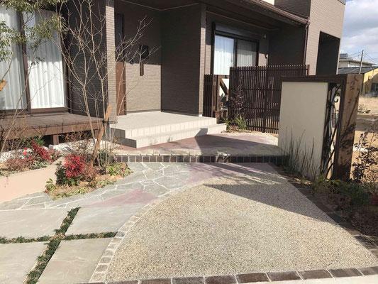 洗い出し舗装とカラーコンクリートアプローチ