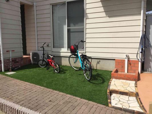 自転車置き場は鮮やかな人工芝
