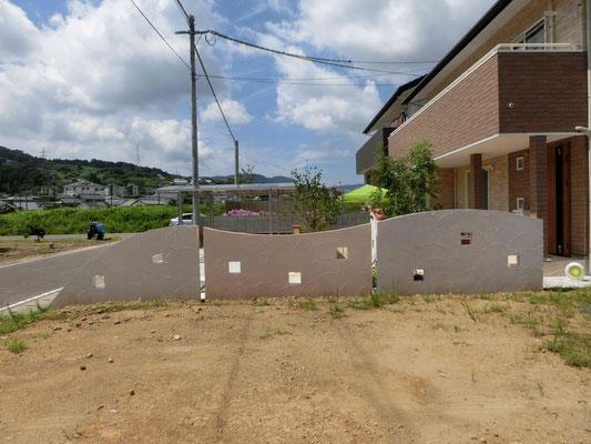 曲線の塗り壁仕上げの目隠し塀