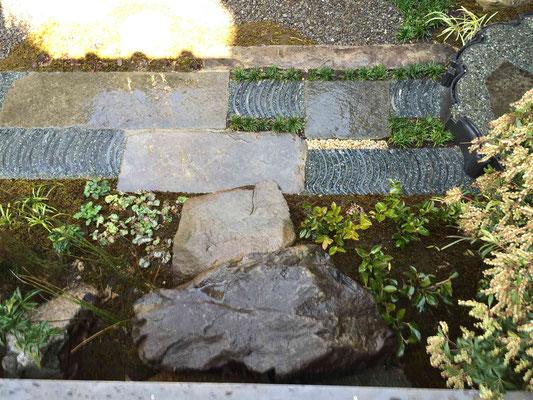 縁側からお庭へ 自然石と瓦の延段へ