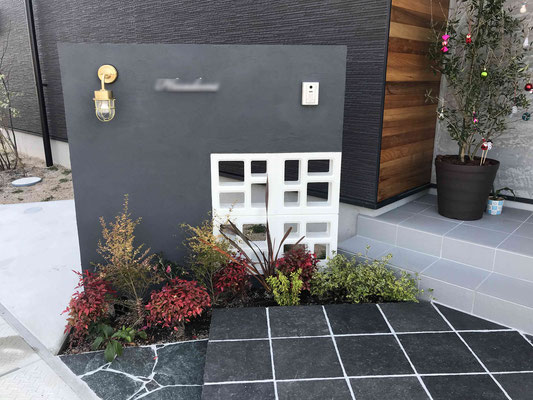 白塗装のHANA(花)ブロックと石張りステップ
