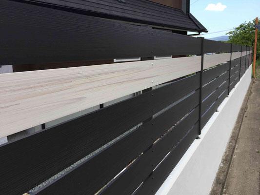 木調樹脂フェンスに白のアクセントライン