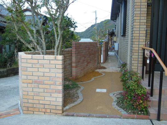 レンガ塀の裏も小庭に続く小道にリフォーム