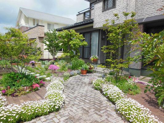 お花いっぱい趣味のガーデニングを楽しむお庭