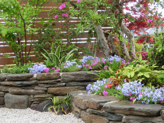雲母片岩の自然石小端積と草花