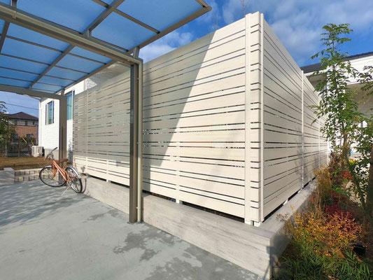 ホワイトの木調樹脂フェンス 細目板仕様