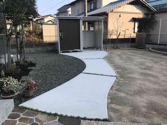 コンクリートのアプローチとイナバさんの自転車置き場(物置)
