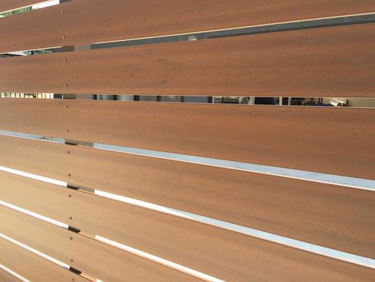 リアルな木調樹脂フェンス