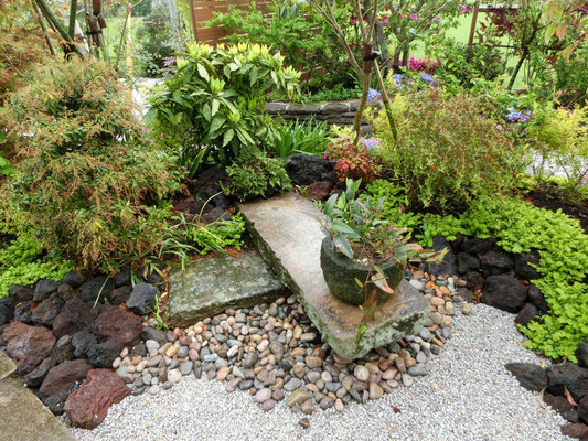 既存の石臼や石鉢もお庭のアクセントに再利用