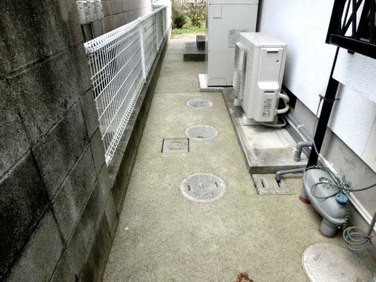 家の横はカラーの透水性のコンクリートで雑草対策