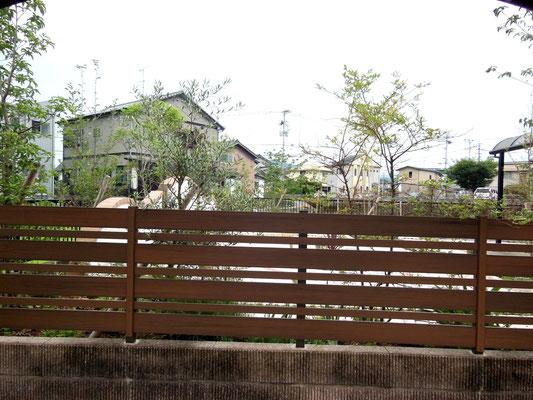 木調樹脂フェンスで目隠し