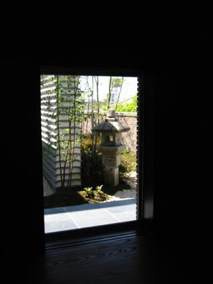 室内より額縁の庭