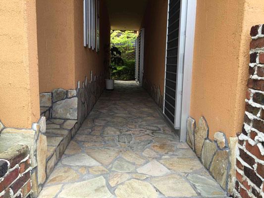 お庭へと誘う方形の石張園路