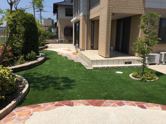 ローメンテナンスな石張と人工芝のお庭