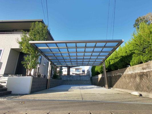 前に柱のない2本脚(柱)のカーポート 奥はコンクリート駐車場増設