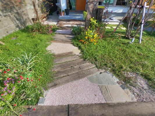 枕木・石張り・洗い出し舗装のアプローチ