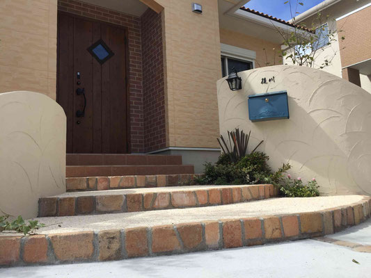 曲線の塗り壁とクラシックレンガのステップ