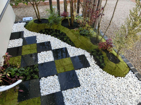 自然石の角石とスナゴケと白玉石の市松仕上げ