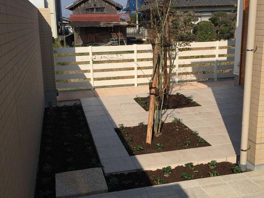 タイル花壇と雑木の植栽