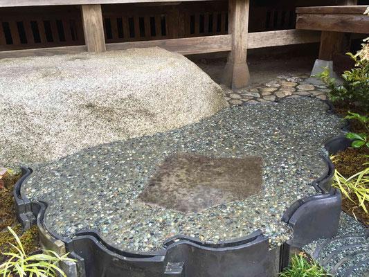 既存の沓脱石に瓦と大磯の洗い出しの二番石