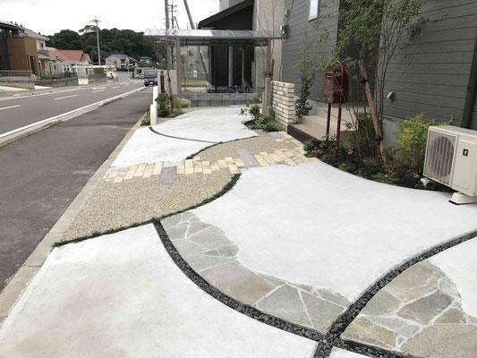 曲線のコンクリートラインんと洗い出し舗装