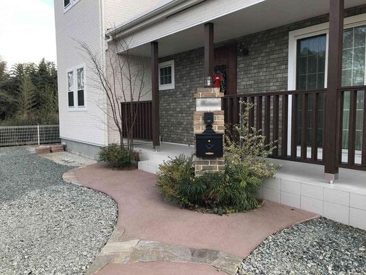 レンガのデザイン門柱とカラーの園路