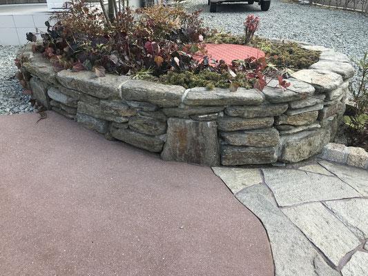 既存の井戸も自然石(雲母片岩)の小端積花壇で目立たなく