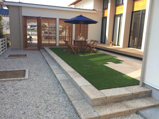 自然石の石張と人工芝のテラス