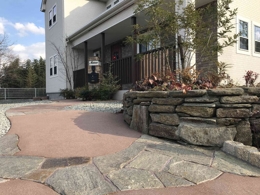 カラーの園路と自然石(雲母片岩)の小端積花壇
