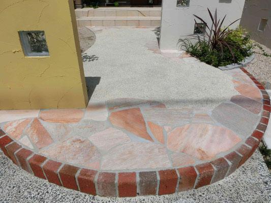 ピンクの自然石乱形石張