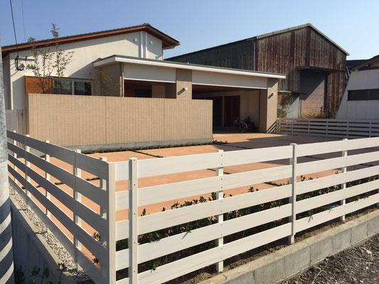 白の木調フェンス広めの目地幅でアメリカンテイストに
